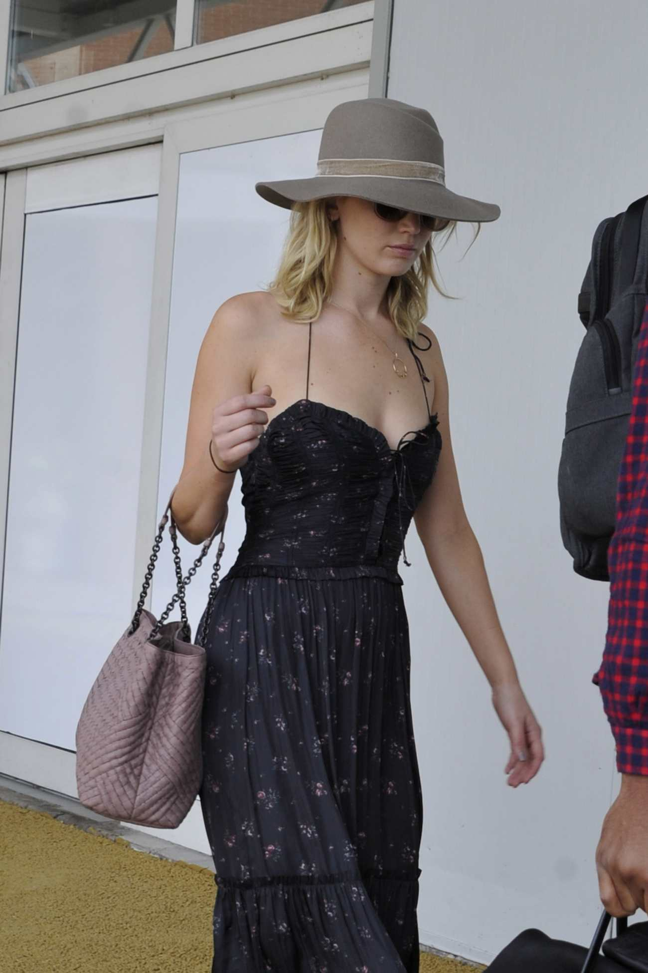 http://jenniferlawrencedaily.com/gallery/albums/userpics/10001/Arrives_at_Venice_Airport_for_the_74th_Venice_Festival_in_Italy_-_September_2-04.jpg