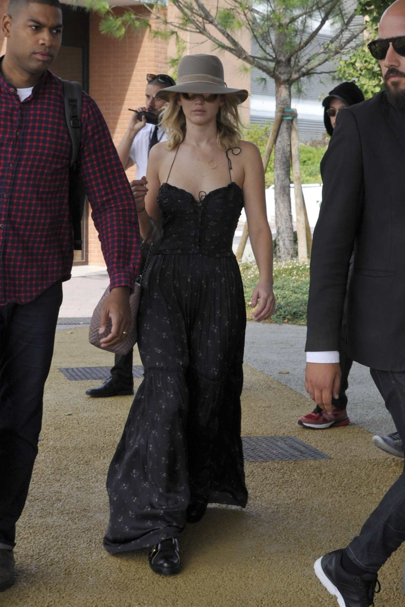 http://jenniferlawrencedaily.com/gallery/albums/userpics/10001/Arrives_at_Venice_Airport_for_the_74th_Venice_Festival_in_Italy_-_September_2-05.jpg