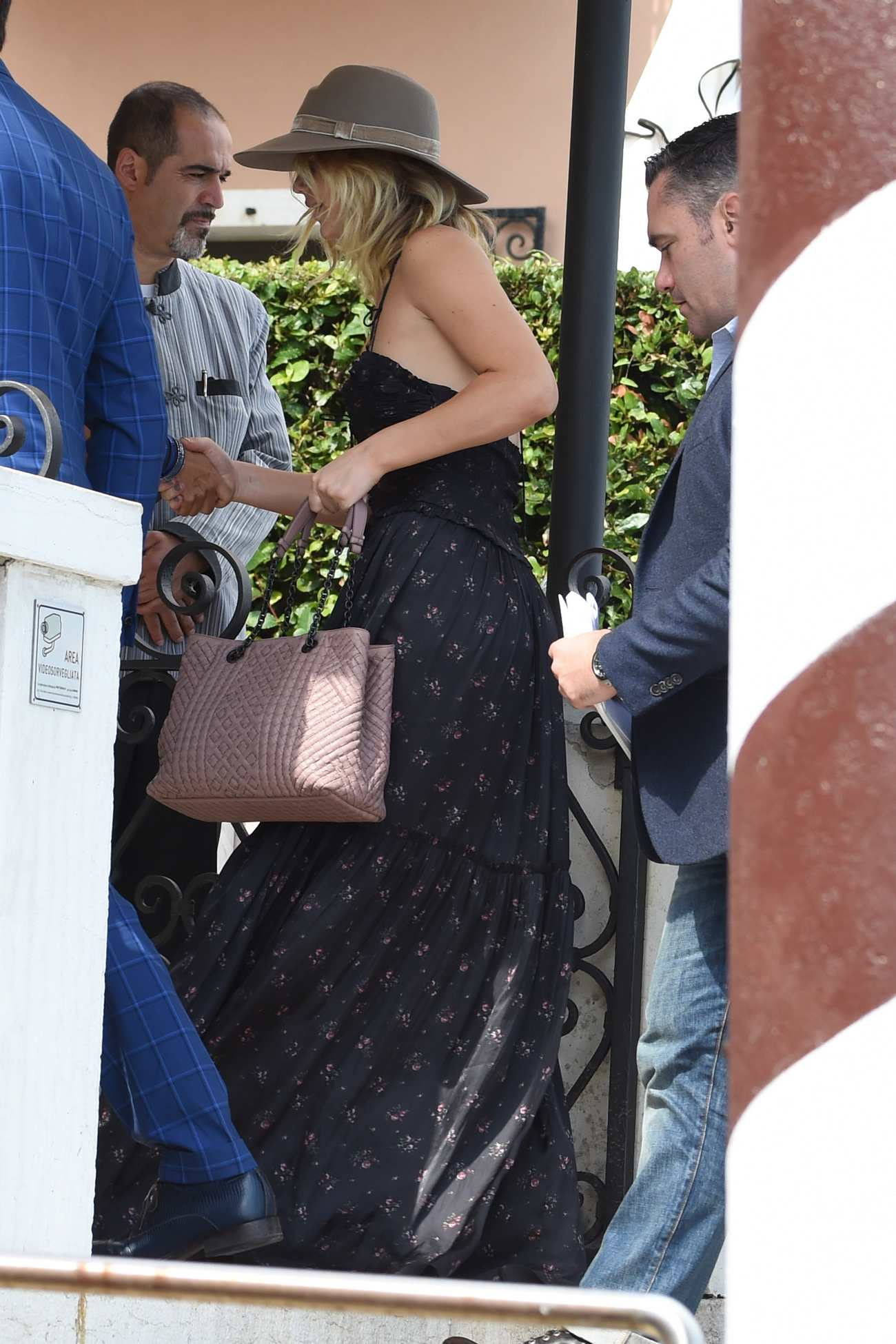 http://jenniferlawrencedaily.com/gallery/albums/userpics/10001/Arrives_at_Venice_Airport_for_the_74th_Venice_Festival_in_Italy_-_September_2-10.jpg