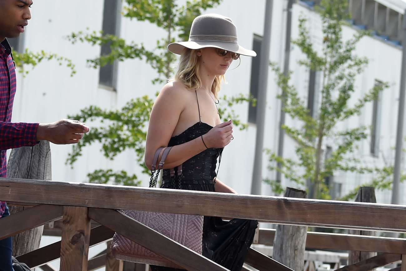 http://jenniferlawrencedaily.com/gallery/albums/userpics/10001/Arrives_at_Venice_Airport_for_the_74th_Venice_Festival_in_Italy_-_September_2-21.jpg