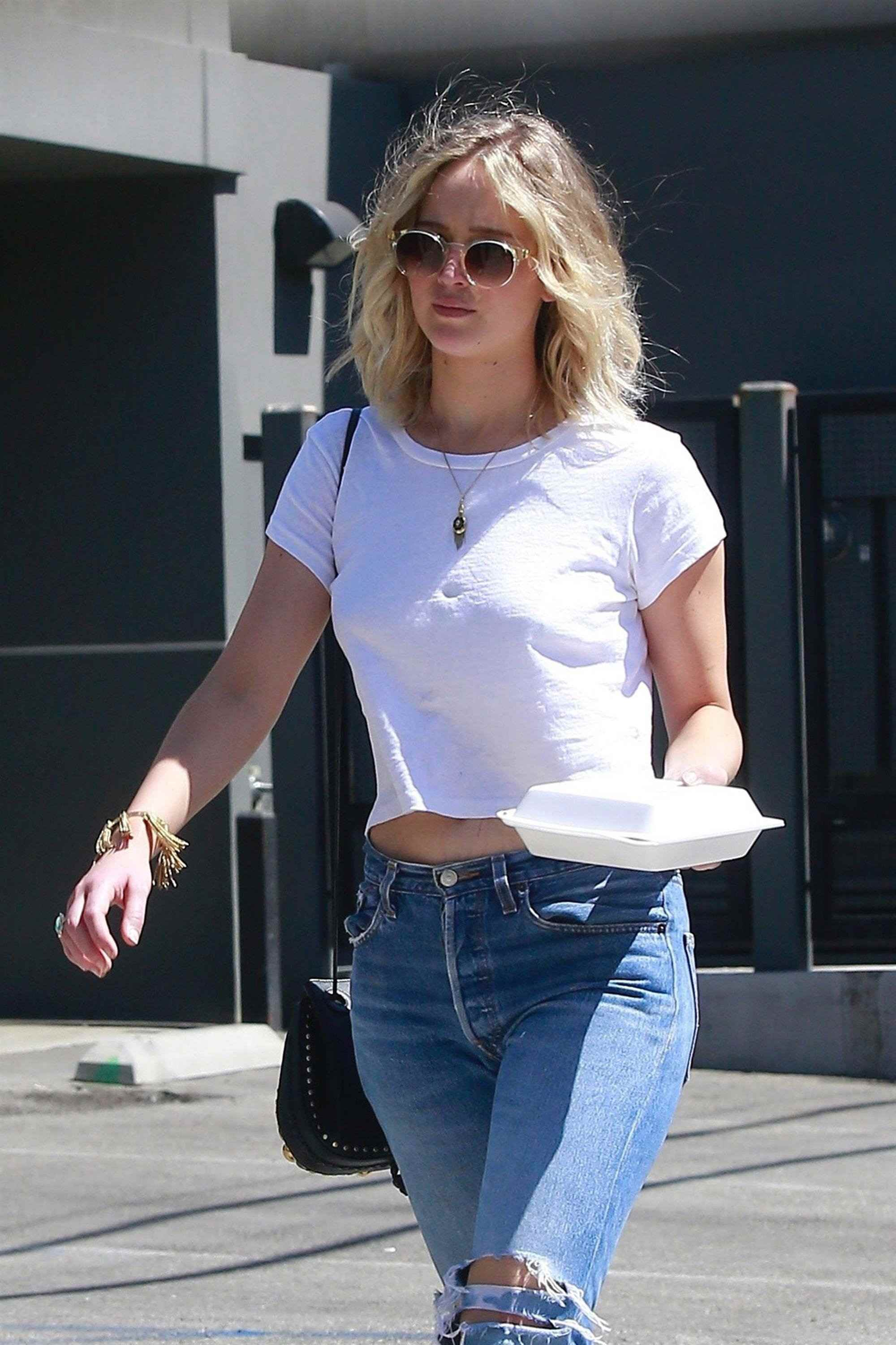 http://jenniferlawrencedaily.com/gallery/albums/userpics/10001/Grabbing_Lunch_in_LA_-_June_25-07.jpg