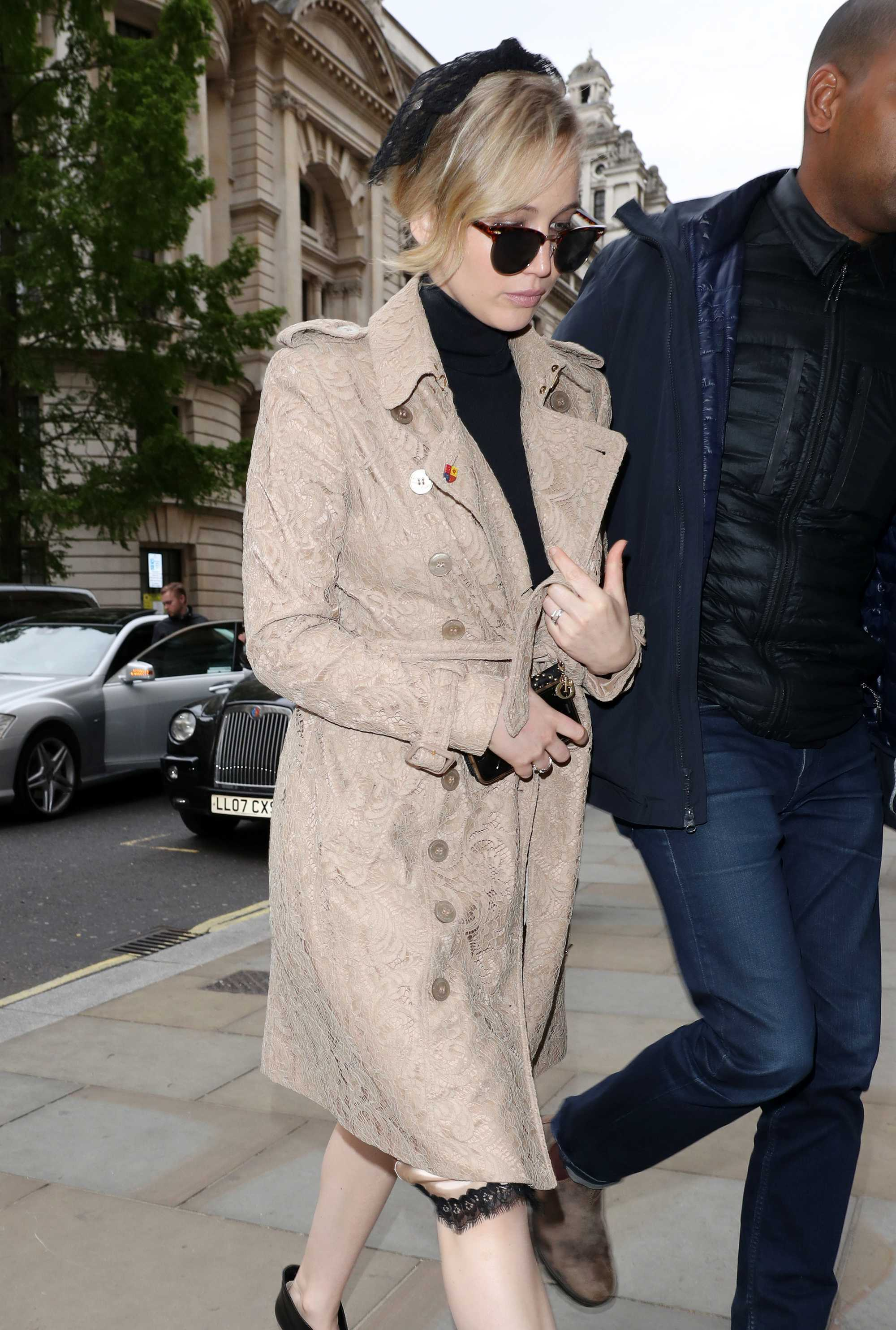 http://jenniferlawrencedaily.com/gallery/albums/userpics/10001/Jennifer_Lawrence_-_At_A_Meeting_in_London_on_May_8-04.jpg