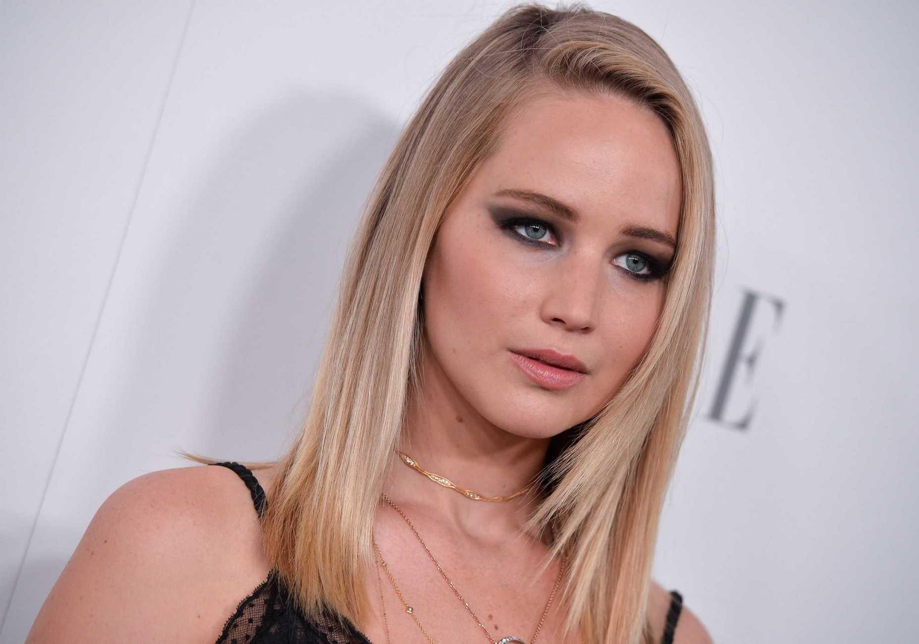 http://jenniferlawrencedaily.com/gallery/albums/userpics/10001/Jennifer_Lawrence_-_ELLE_s_24th_Annual_Women_in_Hollywood_Celebration_on_October_16-11.jpg