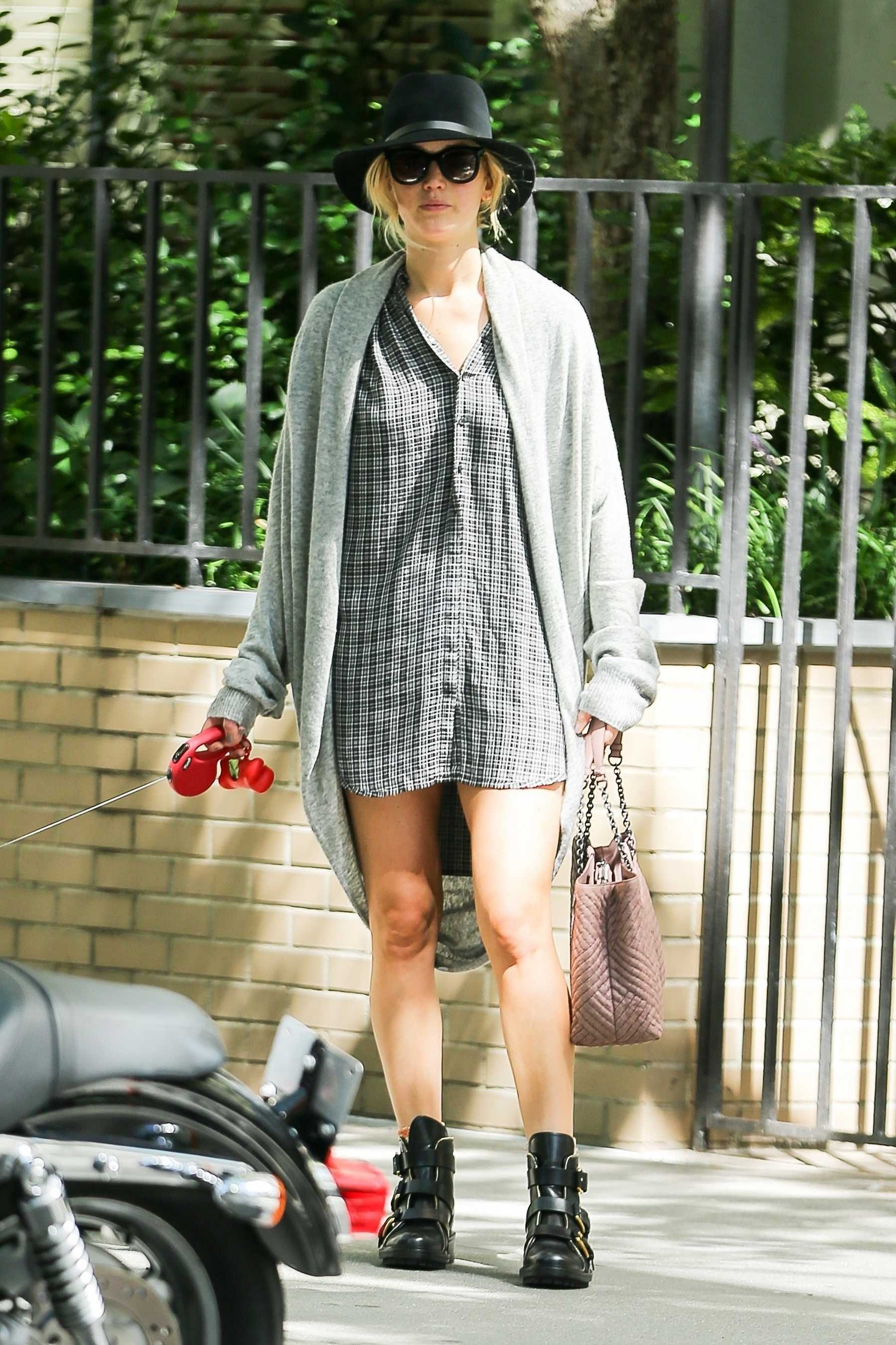 http://jenniferlawrencedaily.com/gallery/albums/userpics/10001/Jennifer_Lawrence_-_Goes_for_a_stroll_with_her_dog_Pippi_in_NYC_on_September_1-01.jpg