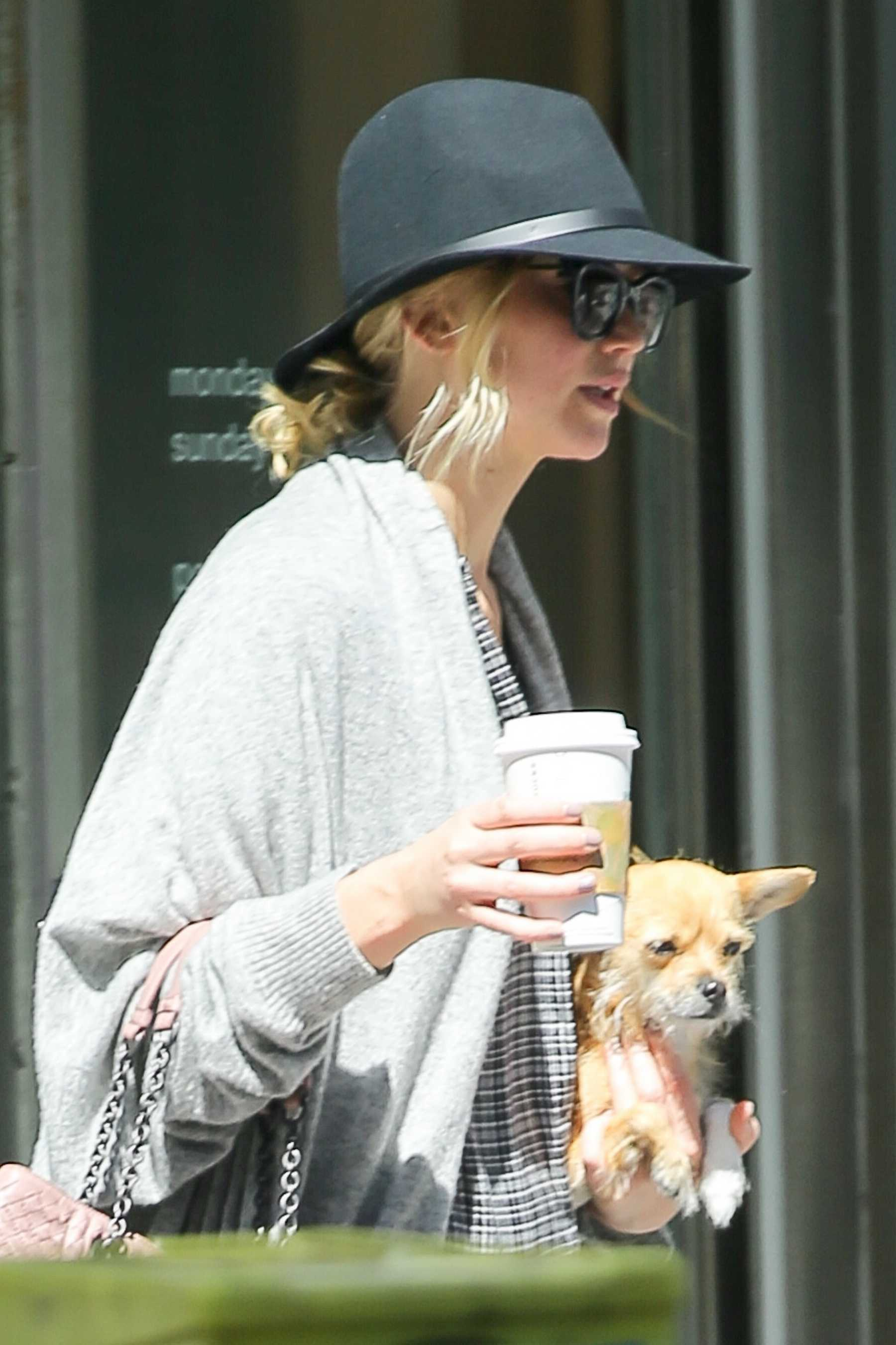 http://jenniferlawrencedaily.com/gallery/albums/userpics/10001/Jennifer_Lawrence_-_Goes_for_a_stroll_with_her_dog_Pippi_in_NYC_on_September_1-04.jpg