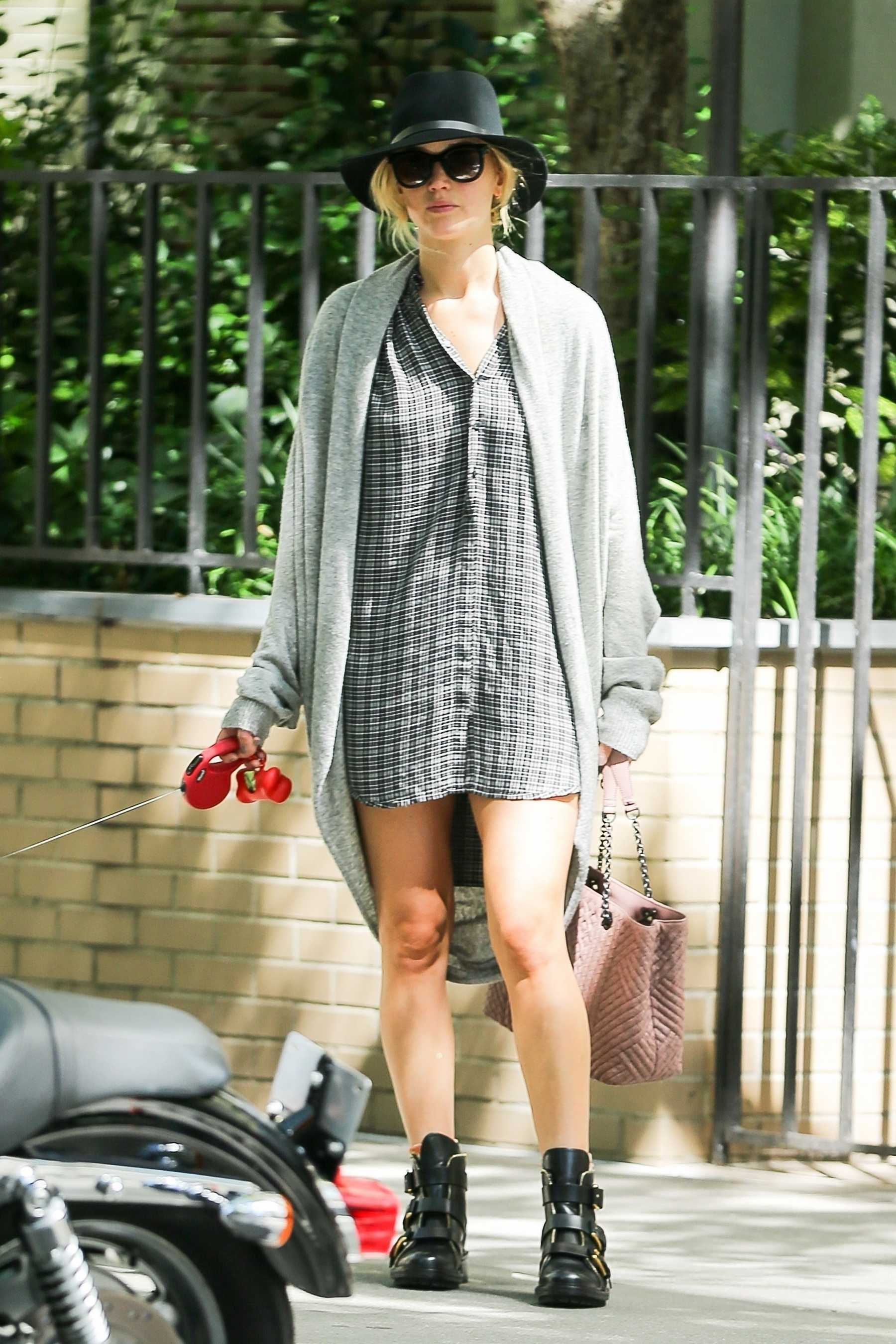 http://jenniferlawrencedaily.com/gallery/albums/userpics/10001/Jennifer_Lawrence_-_Goes_for_a_stroll_with_her_dog_Pippi_in_NYC_on_September_1-06.jpg