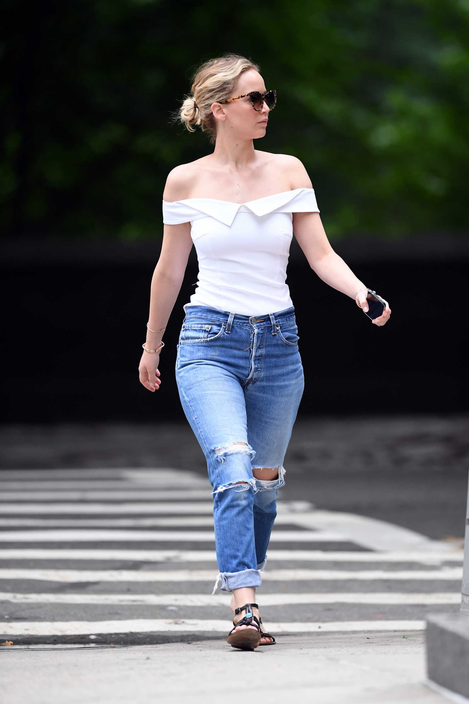 http://jenniferlawrencedaily.com/gallery/albums/userpics/10001/Jennifer_Lawrence_-_Going_for_a_walk_in_Central_Park_on_June_15-03.jpg