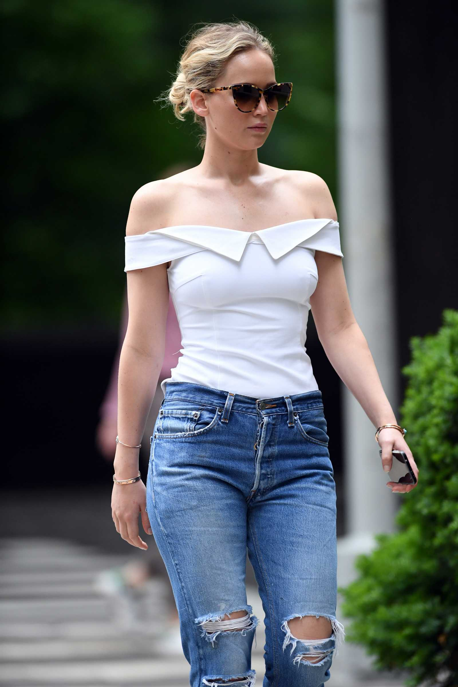http://jenniferlawrencedaily.com/gallery/albums/userpics/10001/Jennifer_Lawrence_-_Going_for_a_walk_in_Central_Park_on_June_15-10.jpg
