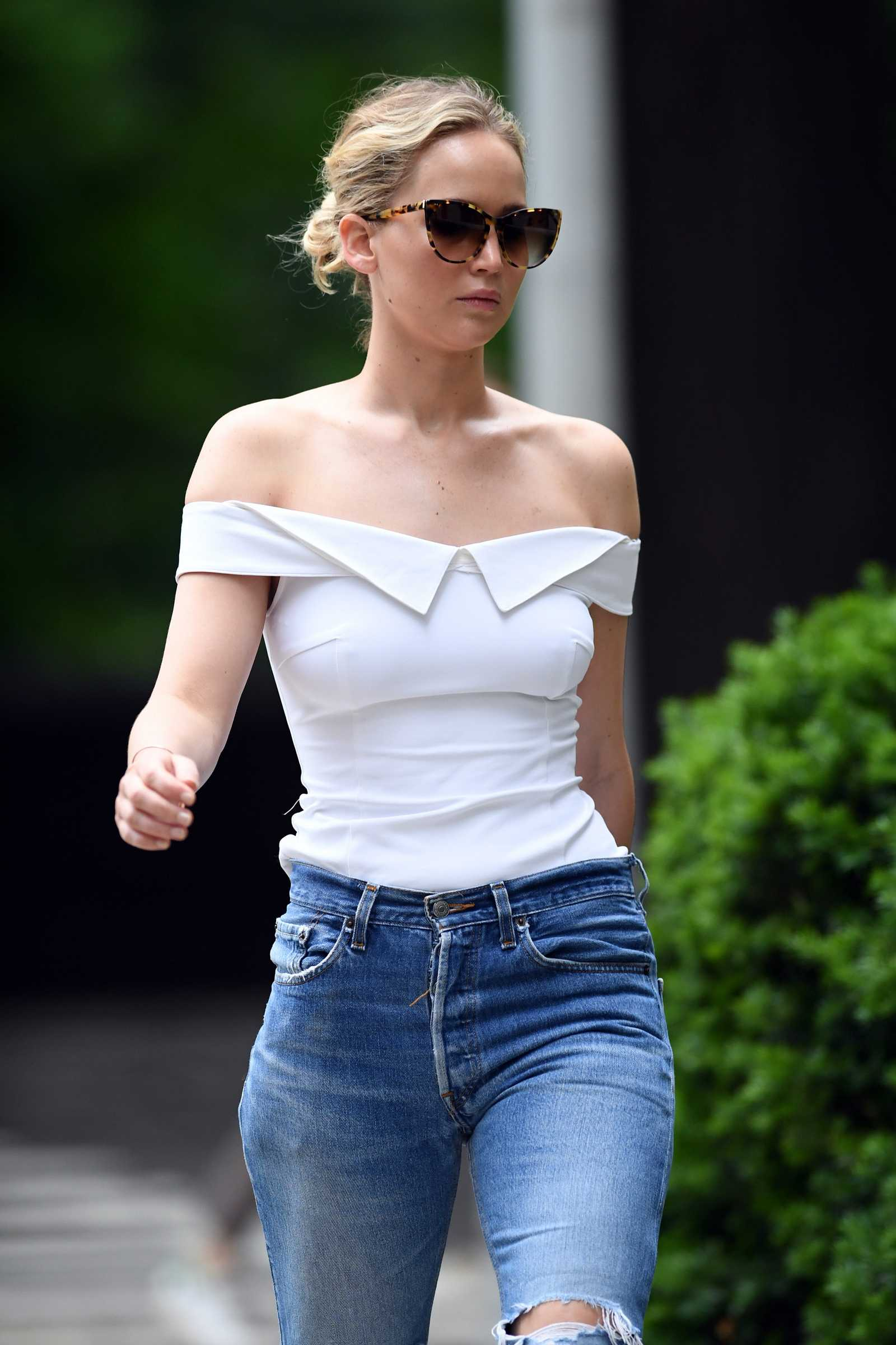 http://jenniferlawrencedaily.com/gallery/albums/userpics/10001/Jennifer_Lawrence_-_Going_for_a_walk_in_Central_Park_on_June_15-14.jpg