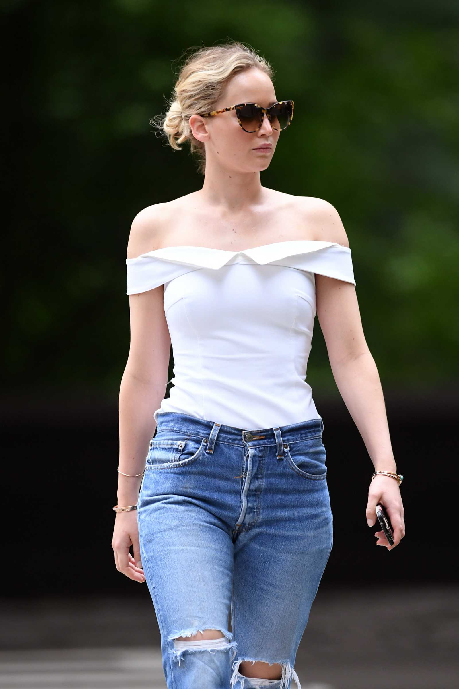 http://jenniferlawrencedaily.com/gallery/albums/userpics/10001/Jennifer_Lawrence_-_Going_for_a_walk_in_Central_Park_on_June_15-16.jpg