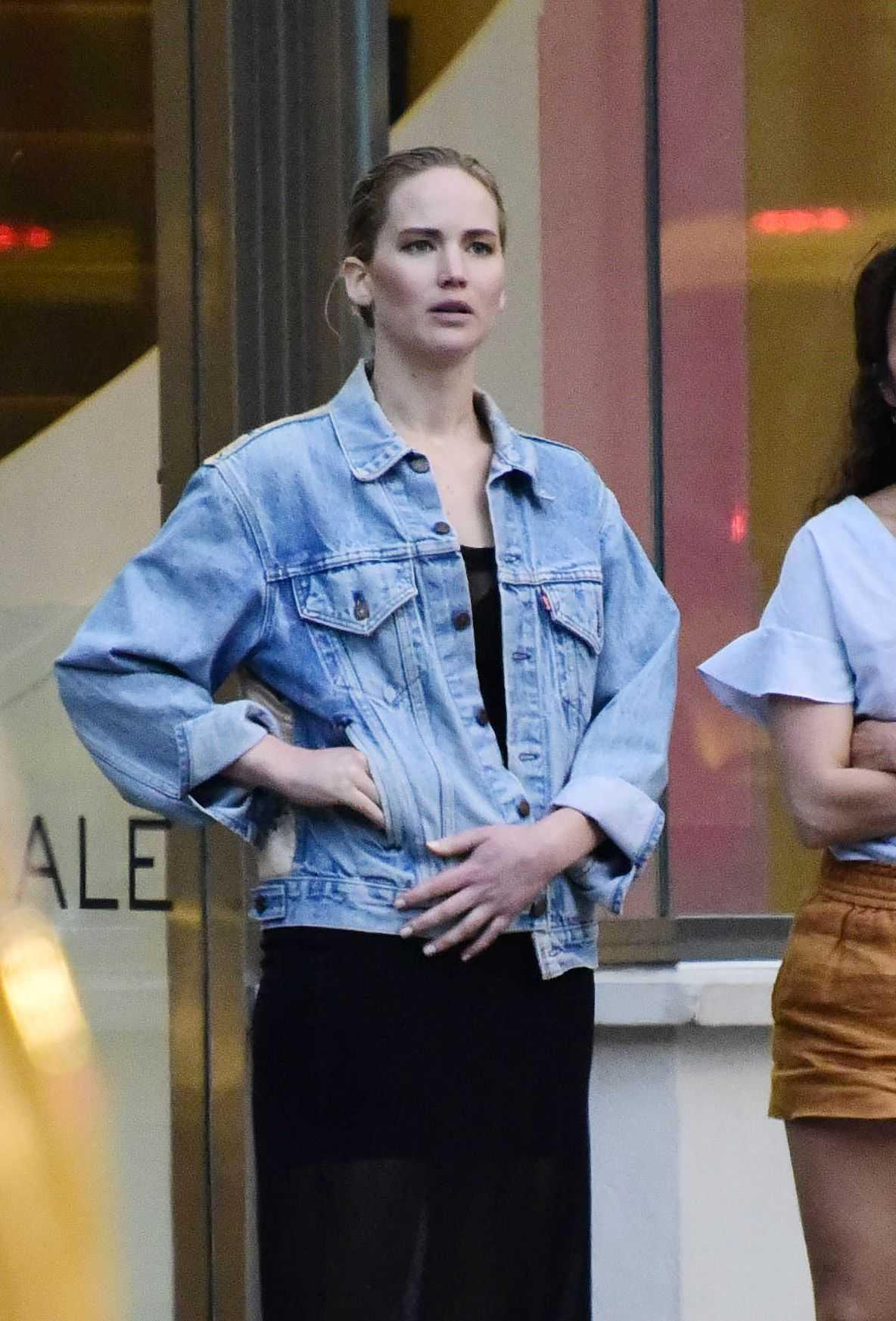 http://jenniferlawrencedaily.com/gallery/albums/userpics/10001/Jennifer_Lawrence_-_In_New_York_City_on_June_14-04.jpg