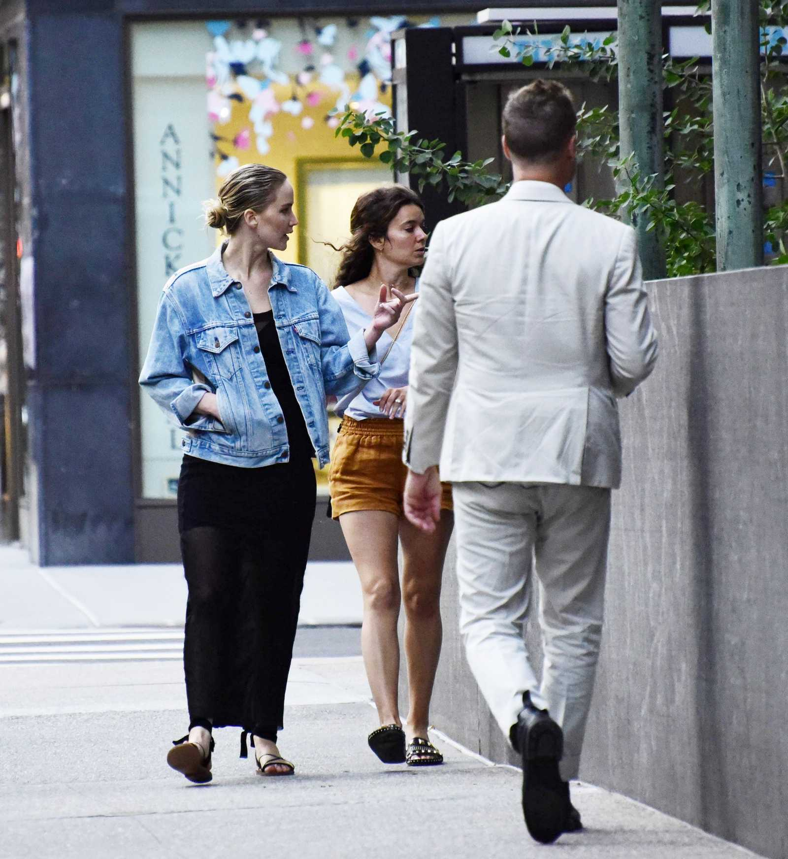 http://jenniferlawrencedaily.com/gallery/albums/userpics/10001/Jennifer_Lawrence_-_In_New_York_City_on_June_14-07.jpg