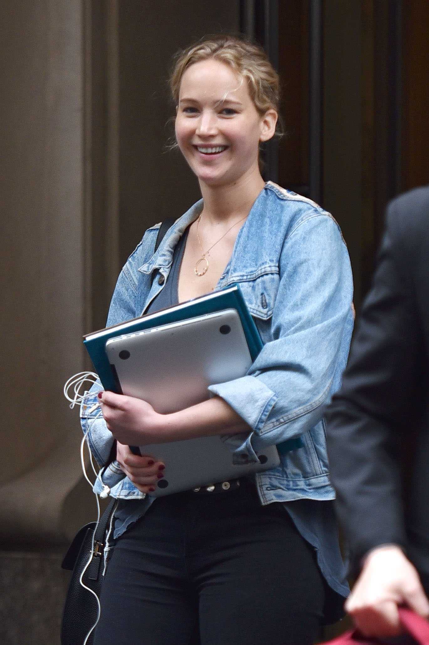 http://jenniferlawrencedaily.com/gallery/albums/userpics/10001/Jennifer_Lawrence_-_Leaving_hotel_in_New_York_on_June_5-01.jpg