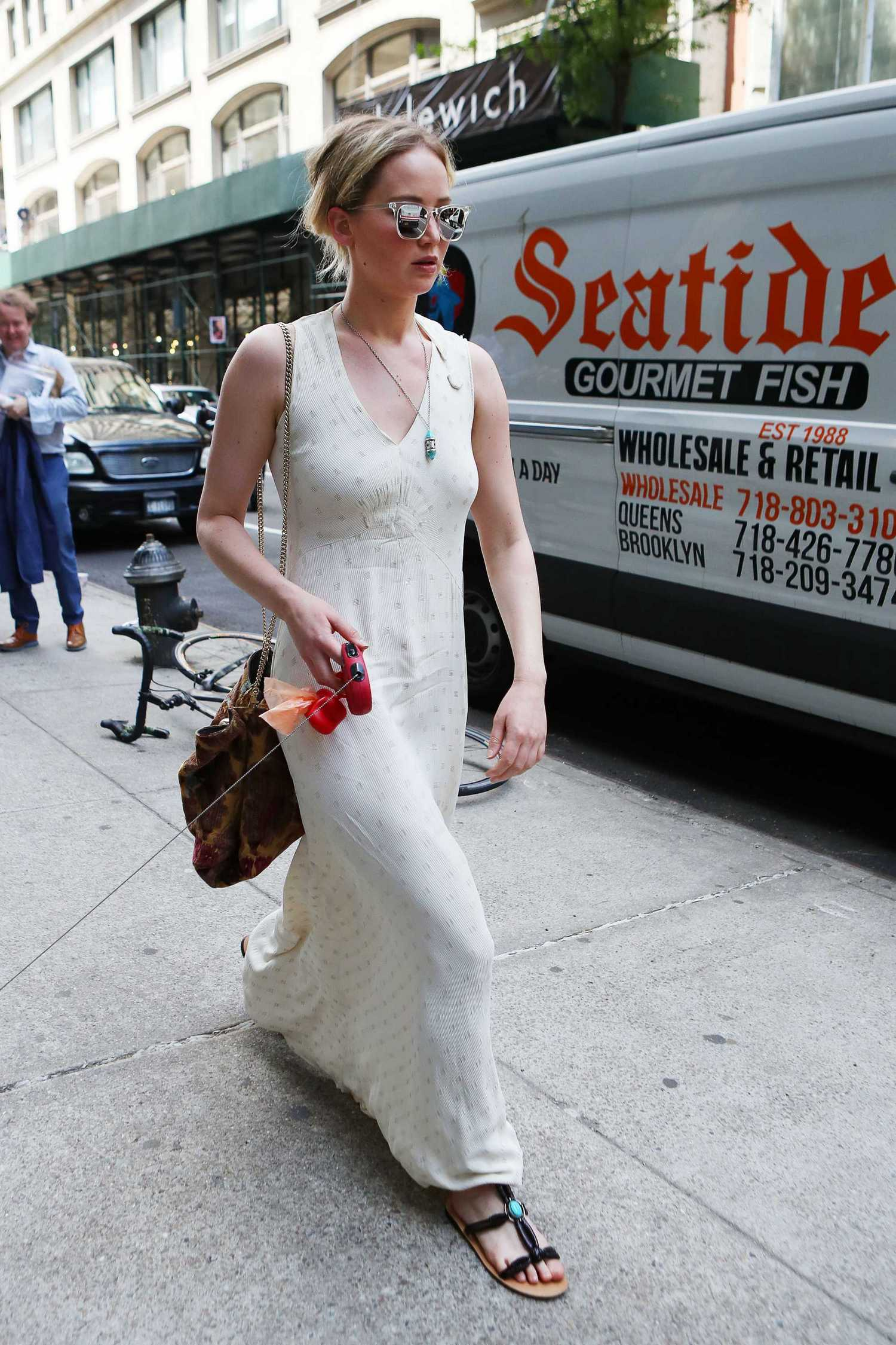 http://jenniferlawrencedaily.com/gallery/albums/userpics/10001/Jennifer_Lawrence_-_Out_in_Manhattan_on_May_19-123.jpg