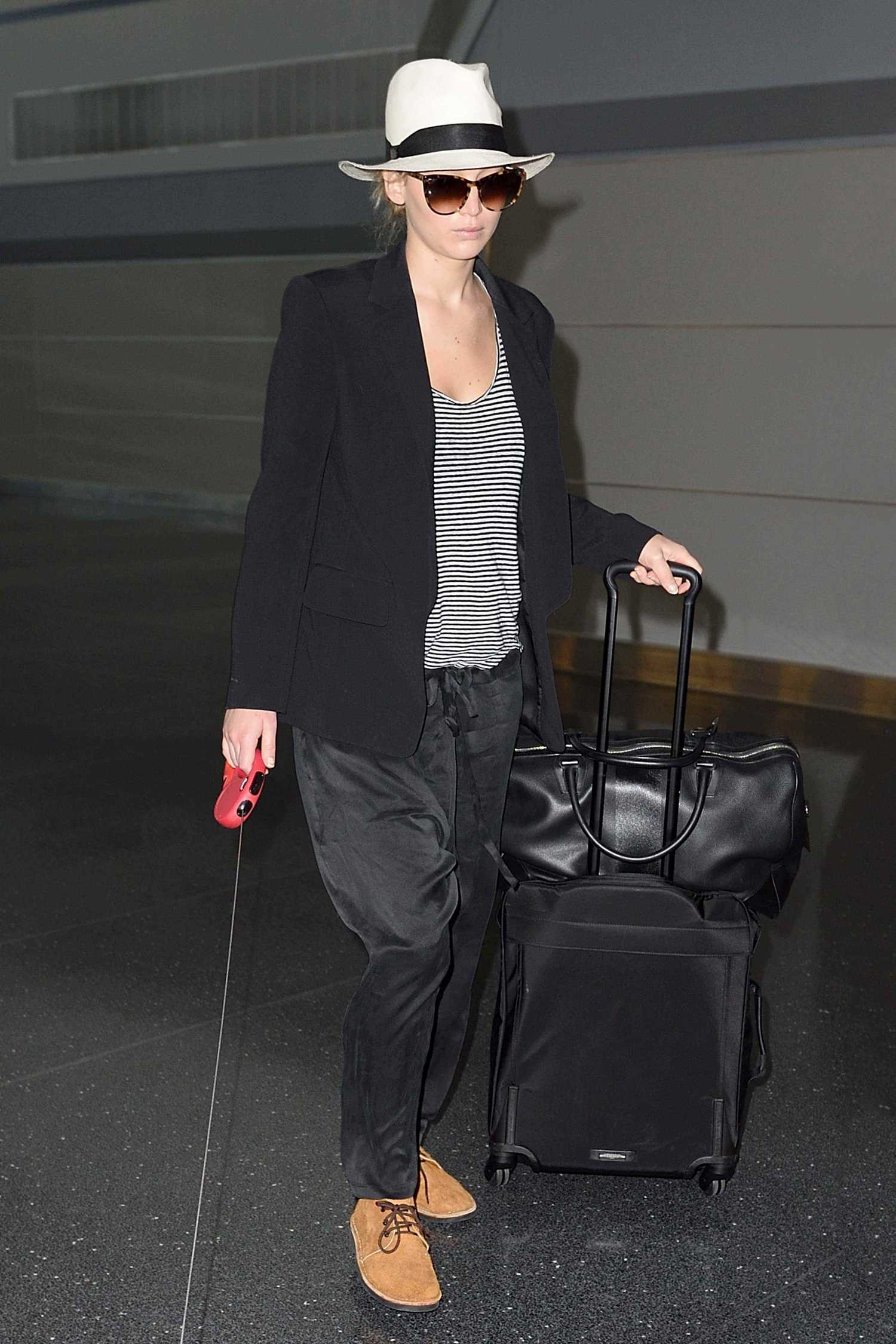 http://jenniferlawrencedaily.com/gallery/albums/userpics/10001/Walking_Her_Dog_at_JFK_Airport_-_June_22-01.jpg