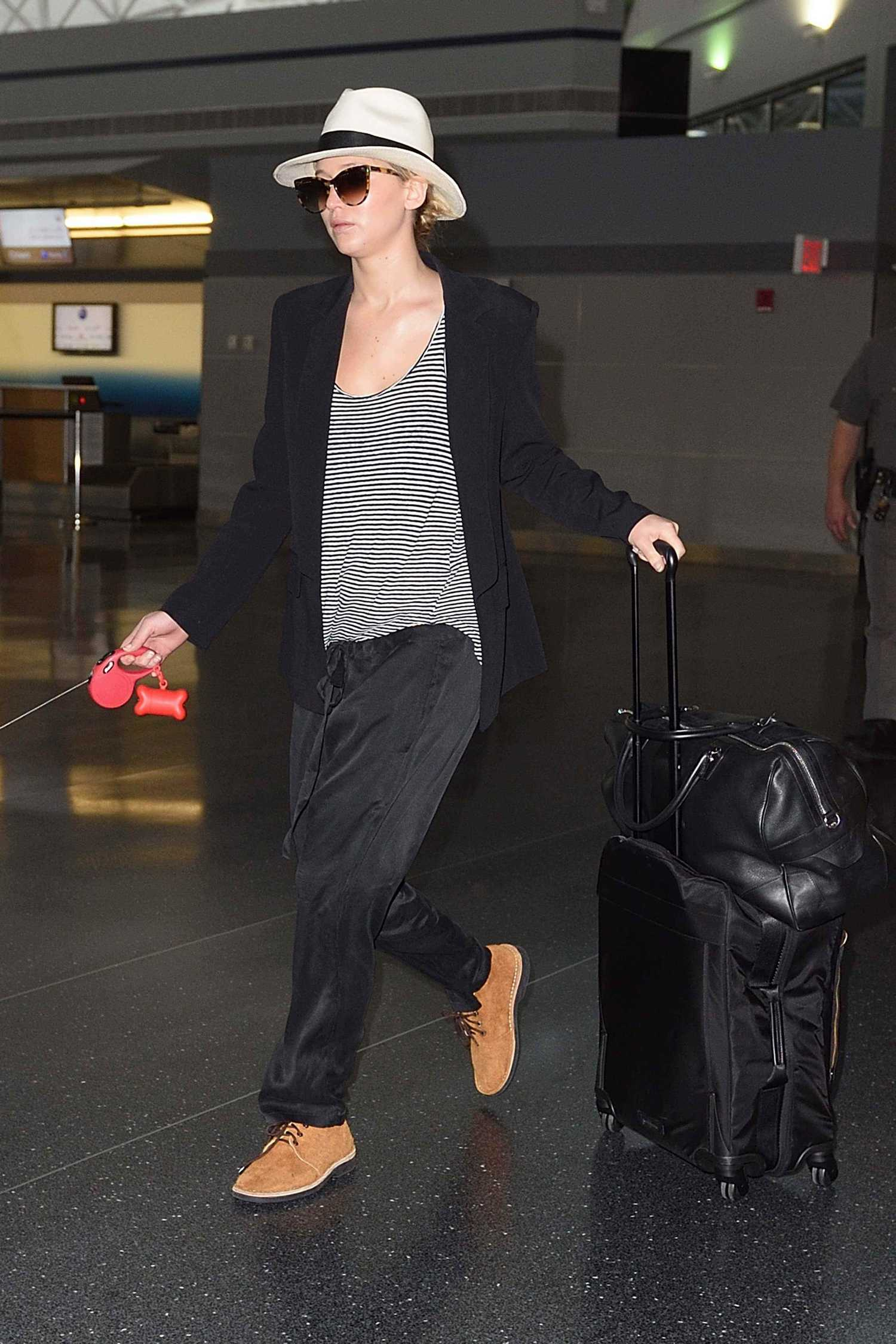 http://jenniferlawrencedaily.com/gallery/albums/userpics/10001/Walking_Her_Dog_at_JFK_Airport_-_June_22-03.jpg