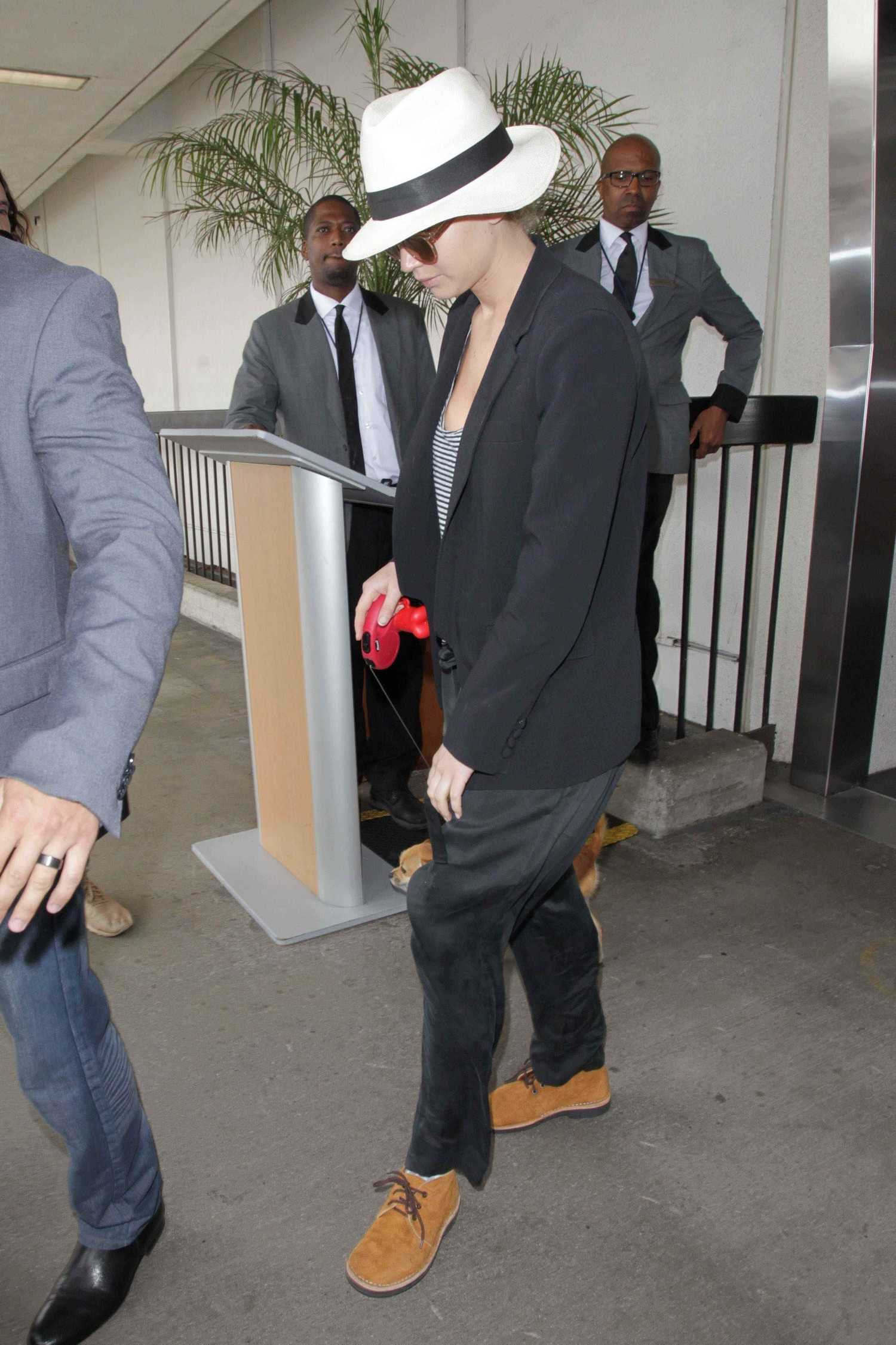 http://jenniferlawrencedaily.com/gallery/albums/userpics/10001/Walking_Her_Dog_at_JFK_Airport_-_June_22-07.jpg