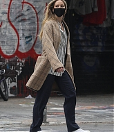 Jennifer_Lawrence_-_Out_for_a_stroll_with_her_husband_in_New_York2C_10052020-03.jpg