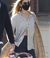 Jennifer_Lawrence_-_Out_for_a_stroll_with_her_husband_in_New_York2C_10052020-09.jpg